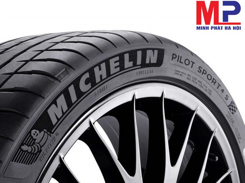 Các thông số kỹ thuật quan trọng được in trên bề mặt của lốp xe Michelin
